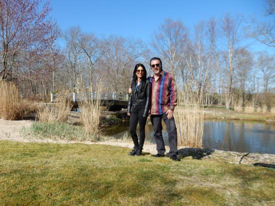 Water Mill, estado de Nueva York: ROSARIO CASSATA AND CAROLYN ON THE GROUNDS OF THE PONDVIEW B&B, WATERMILL,NY