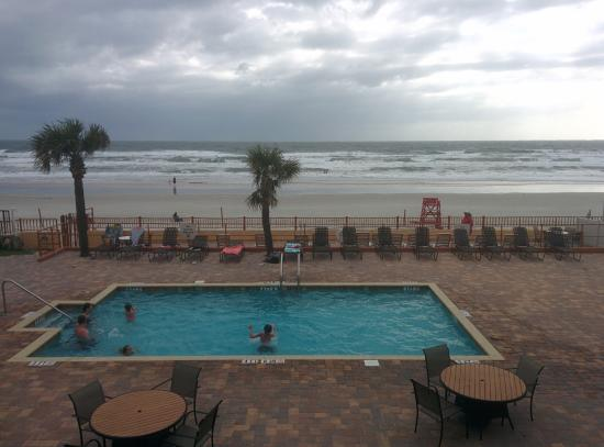 Econo Lodge Oceanfront: Beach and pool view from room.