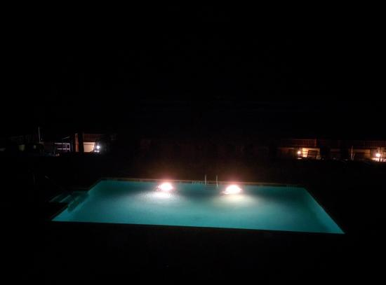 Econo Lodge Oceanfront: Pool and beach at night.