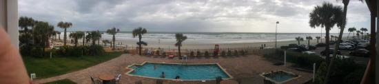 Econo Lodge Oceanfront: Beach panorama from the room