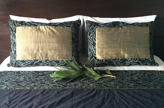 Gayatri Bungalows: The pillows and bedcover of Room 9