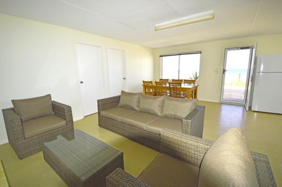 Остров Тевенард, Австралия: Beach cabin living & dining area