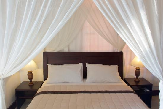 Gayatri Bungalows: The bed and canopy in Room 4 – Graeme.