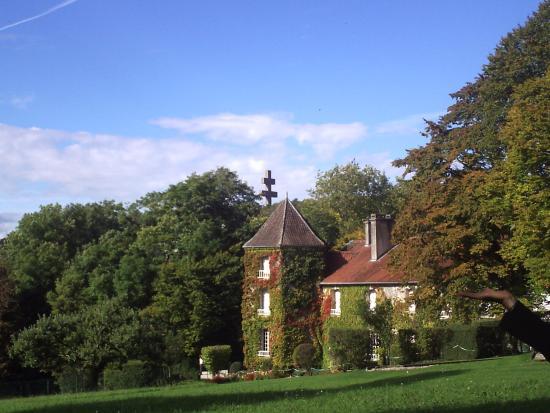 Colombey-les-deux-Eglises, Frankrike: photo prise du parc avec la Croix de lorraine en arriere plan