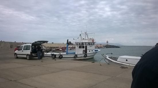 Hotel Mola: На этом катерке мы переправлялись через Мраморное море