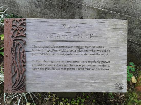 New Plymouth, Yeni Zelanda: The notice in front of the glass house in the garden.