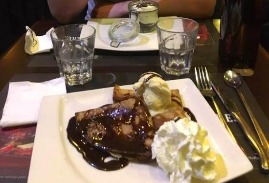 Franconville, Франция: Crèpes chocolat, nutella, glace vanille, chantilly + tiramisu oréo