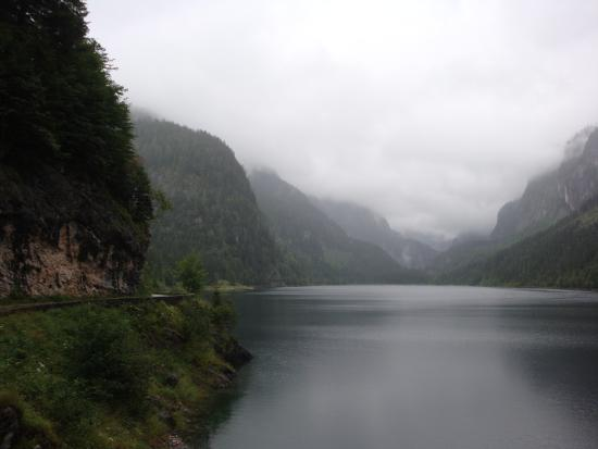Gosau, Austria: дорга вокруг озера