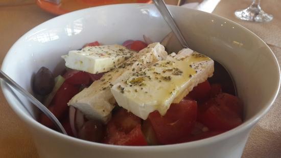 Stavromenos, اليونان: Wonderful Greek lunch with Tzatziki, Greek Salad & Rose liqueur.