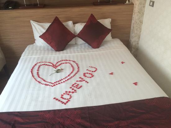 Hanoi A1 Hotel: Номер на 4м этаже, украшен для молодоженов, по нашей просьбе