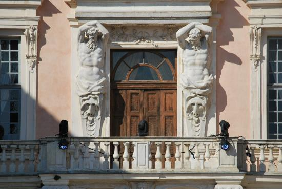 Govone, Italia: FRONTALE DALLO SCALONE