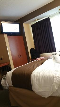 Comfortable beds, friendly staff, & great complimentary breakfast!!