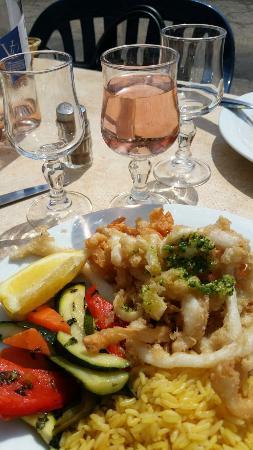 Délicieuse friture de seiches accompagnée d'un Côteaux d'Aix avec vue sur la mer, service et acc