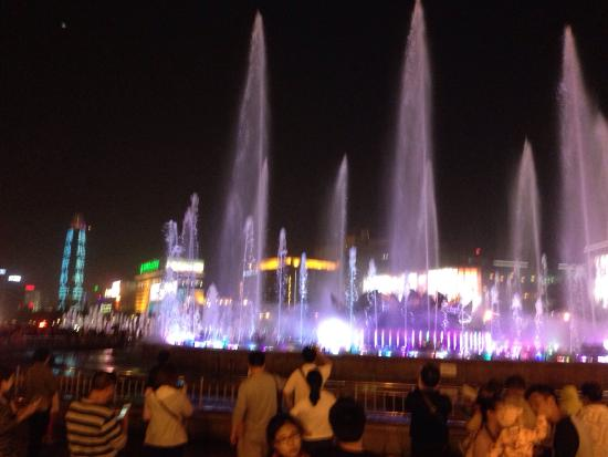 Had an amazing Friday evening in Spring City Square, Jinan. Fountains, light shows, music and da