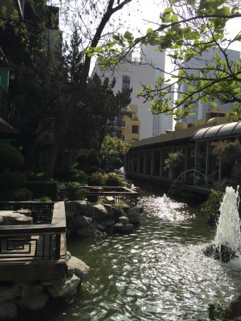 Beijing Jianguo Hotel: Jardin y riachuelo en las habitaciones del primer piso, acogedor