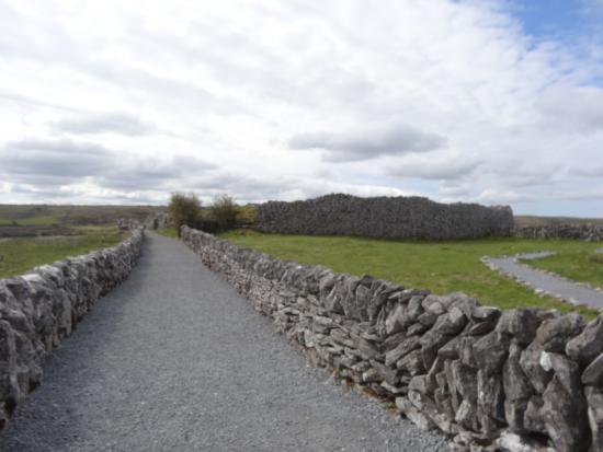 Caherconnell, Irlanda: l'allée pour le fort