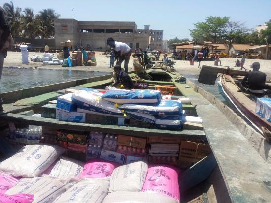 Округ Центральная река, Гамбия: Een oversteek van de Gambia rivier in een houten boot boven op de cargo