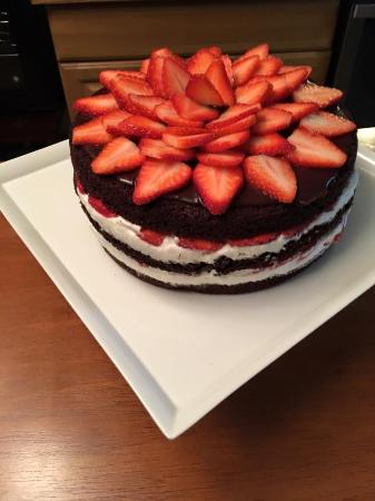 Warrensburg, estado de Nueva York: Chocolate Cake with Whipped Vanilla Frosting & Fresh Strawberries