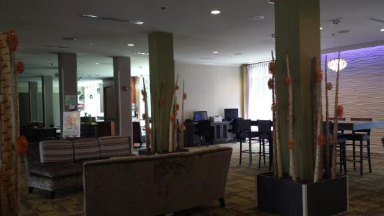 Holiday Inn & Suites Rogers - Pinnacle Hills: Lounge and breakfast area. View from my room of park and running trail.