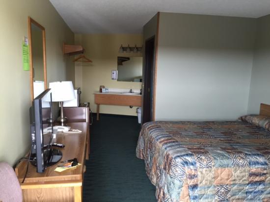 Ann's Motel: TV, dresser, vanity