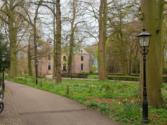 le chateau accueille le centre d'affaires dans le parc