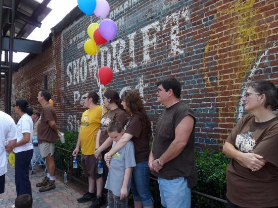 Douglasville, جورجيا: Historic brick walls line an outdoor performance stage