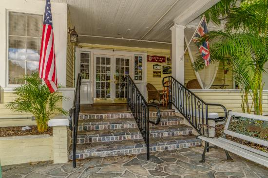 The Historic Peninsula Inn: Front Stairs