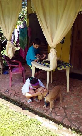 Boca Chica, Panamá: Our children asked the owner if they could play with her pets. She said yes:-). Friendly creatur