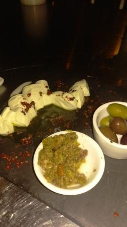 Wilton Manors, Floryda: Tableside Mozzarella Verde e Nero with olives, pink peppercorns and Merlot infused salt. OMG