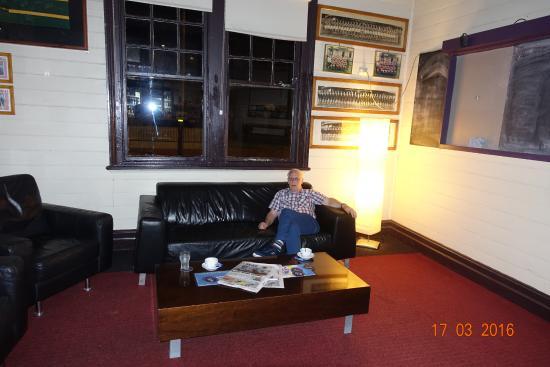 Denman, Australien: Sofa i barområdet