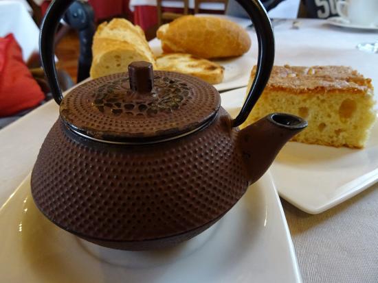 Sant Feliu Hotel : te y bizcocho de la panadería del pueblo