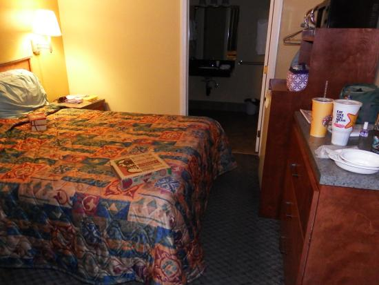 National 9 Trails Motel: Lack of space to get to handicap bathroom