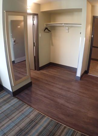 Ramada Edmonton Yellowhead NW: Room Entrance
