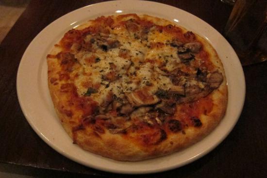 Piz za za Restaurant & Vin : pizza with mushrooms