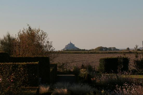 Ardevon, ฝรั่งเศส: View of Mont Saint Michel from the rear yard of the B & B