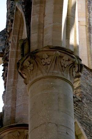 Hambye, Frankreich: Detail of the column at the Abbey