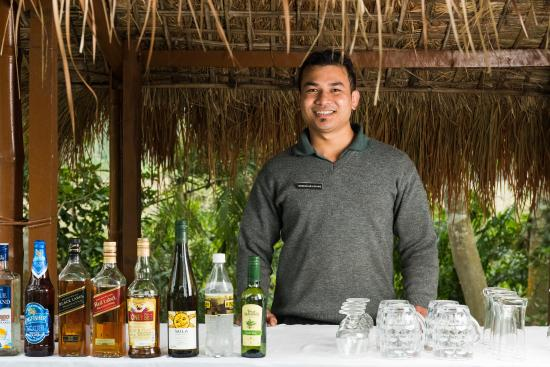 Diphlu River Lodge: The smiling Benu, your bartender