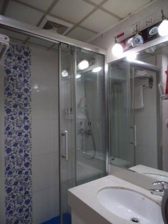Imperial Courtyard Hotel: View of the bathroom