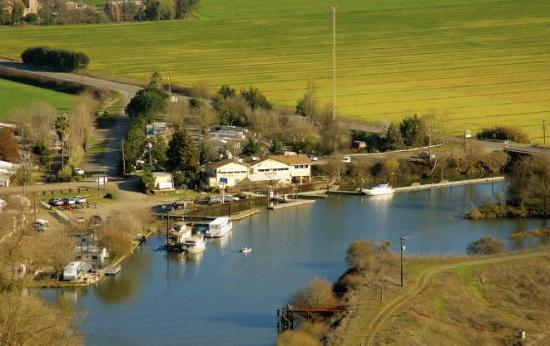 Walnut Grove, CA: the restaurant overlooks the Mokelumne river