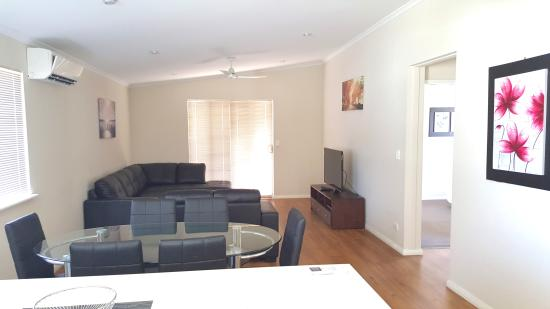 Midland Tourist Park: Villa 3 Bedroom - Dining and Lounge area