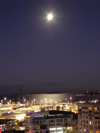 เดอะควอดร้อนท์โฮเต็ล: Evening view over Port from room balcony.