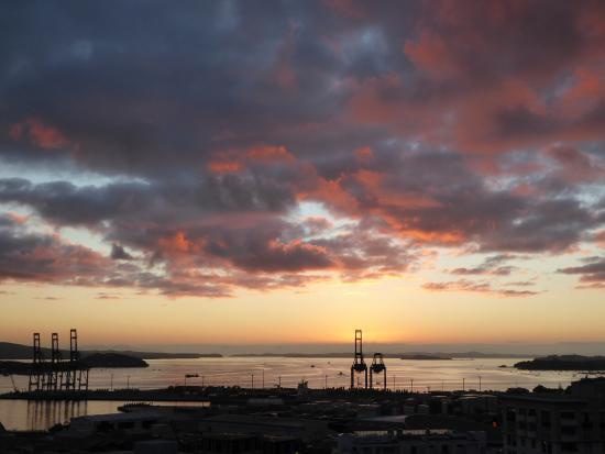 เดอะควอดร้อนท์โฮเต็ล: Dawn view from room balcony over Port