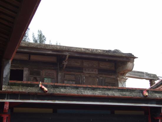Kinmen, Taiwán: деревянные элементы под сводом здания - ведется реставрация