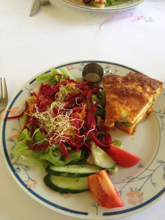Esk, Αυστραλία: This is the Potato Quiche & Salad which normally comes with chips.........I opted for no chips.