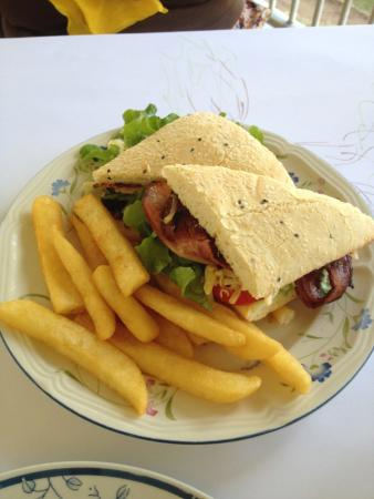 Esk, Australië: This is the BLT with chips......very nice.