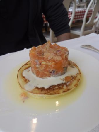 Les Bons Enfants: tartare de saumon sur blinis