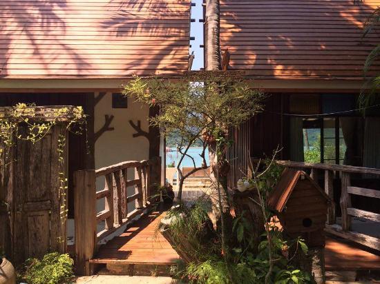 Bhuvarin Resort: Access to the villa