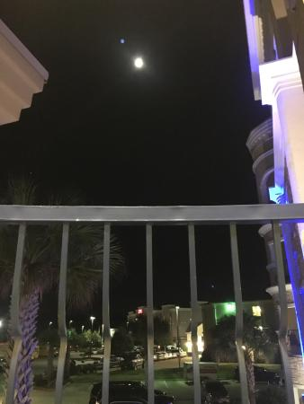 Holiday Inn Express Lufkin South: A view of the gorgeous full moon from our balcony