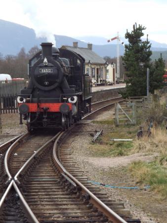 Aviemore, UK: Locomotive running round at Broomhill.