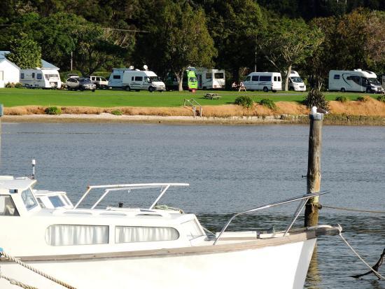 Northland Region, Νέα Ζηλανδία: Campground from across estuary